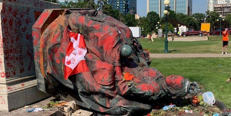 تصاویر   معترضان کانادایی مجسمه دو ملکه را سرنگون کردند