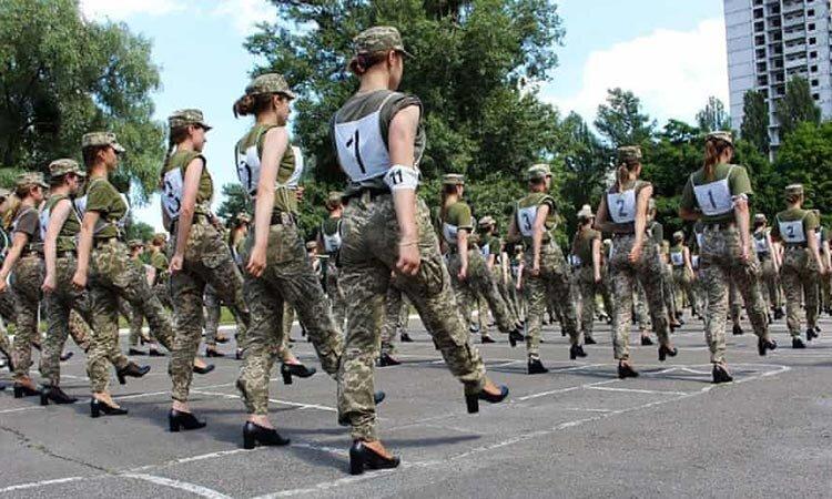 تصاویر | جنجال رژه سربازان زن ارتش اوکراین با کفش پاشنهبلند