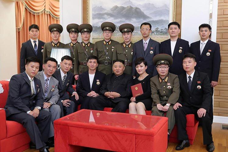 عکس | رهبر کره شمالی با چهره تازه و بدون ماسک در جمع هنرمندان جوان