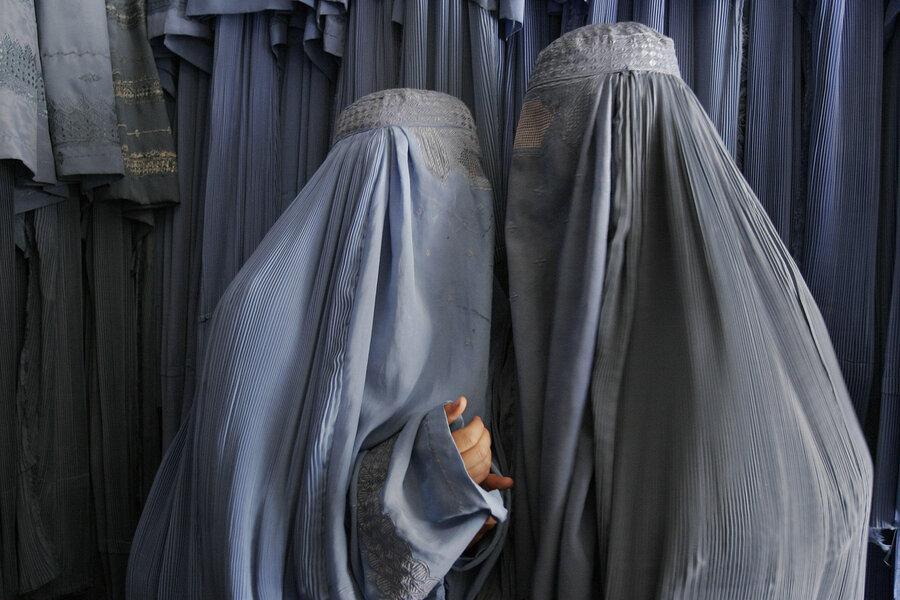 دو بانوي افغان در حال خريد برقع هستند.