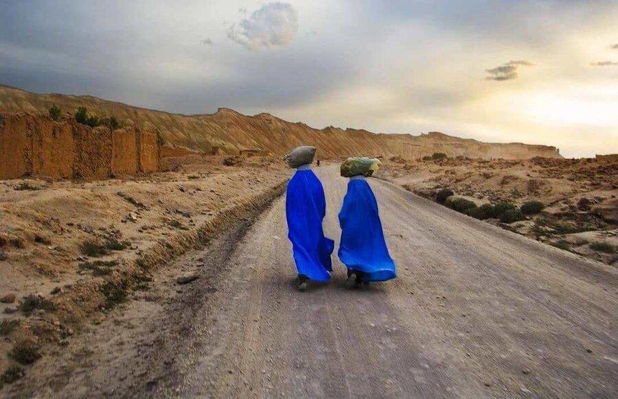 زنان زحمتكش افغان در حال بازگشت به روستا هستند.