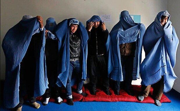 مردان افغان با پوشش برقع و در حمايت از حقوق زنان راهپيمايي نمادين كردند.