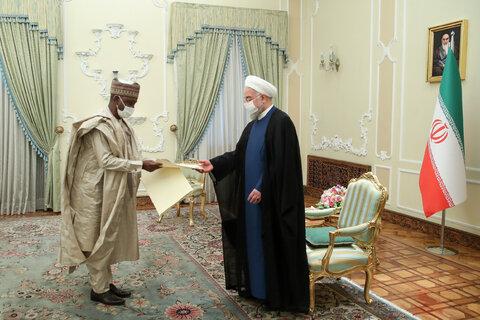 سفیر نیجریه استوارنامه خود را تقدیم رئیس جمهور می کند
