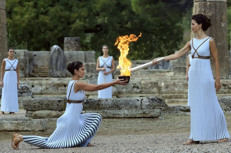 كاهن معبد هرا در المپيا شعله بازيها را روشن ميكند.