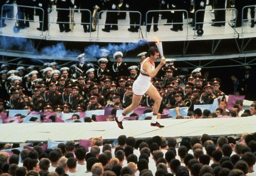 سرگئی بلوف بازیکن بسکتبال شوروی با مشعل المپیک در مراسم افتتاحیه المپیک تابستانی مسكو دوید.