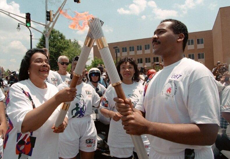 همسر و پسر مارتين لوتر كينگ مشعل المپیک سال 1996 در آتلانتا را حمل كردند.