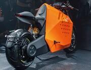 موتورسیکلت چینی که صاحبش را پیدا میکند و به سمتش میآید