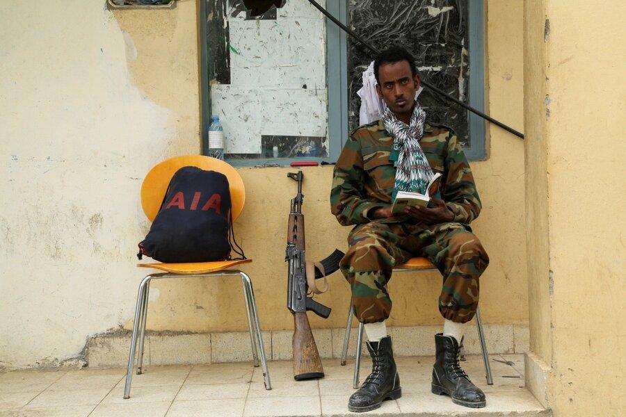 سرباز تیگرایی در حال محافظت از دفتر رسانهای این گروه
