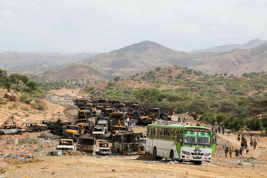 بازگشت روستائیان از کنار ویرانههای سوخته