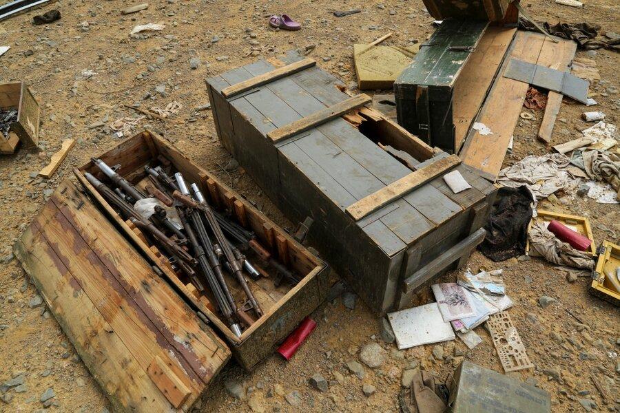 جعبههای مهمات جنگی و وسائلی که روی زمین ریخته ا شده