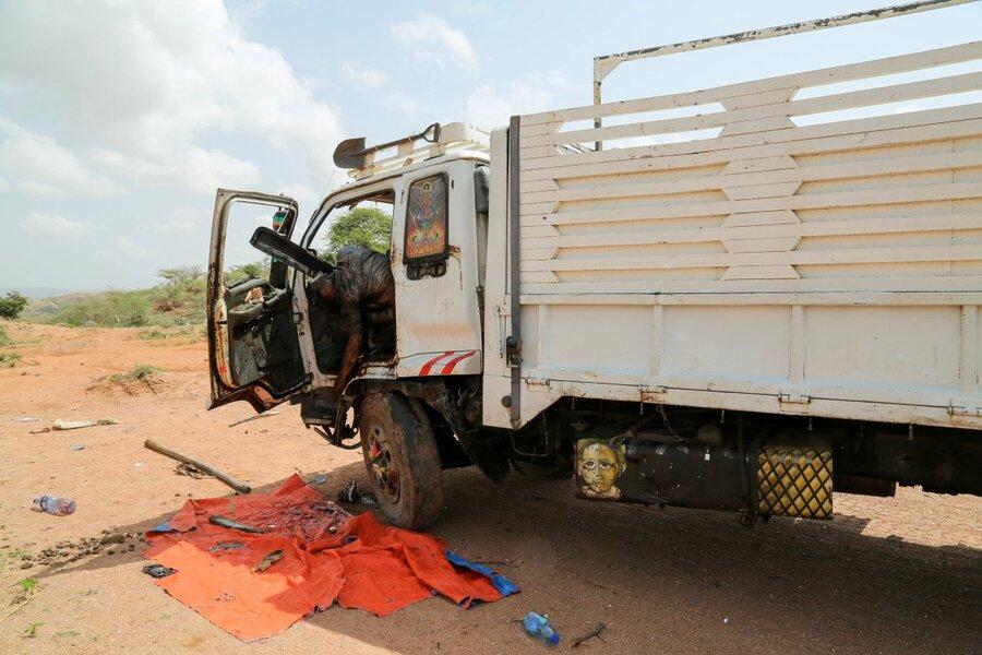 جسد رها شده یک مسلسل سوار در یک کامیون سوخته
