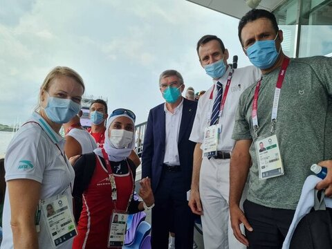 عکس | هدیه ویژه رییس کمیته بین المللی المپیک به دختر قایقران ایران