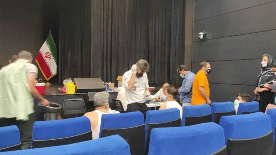 تصاویر   معطلی چند ساعته خبرنگاران در صف واکسن کرونا