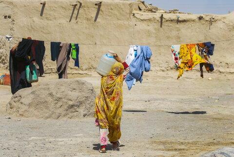 بار تشنگی روی شانههای زنان و کودکان