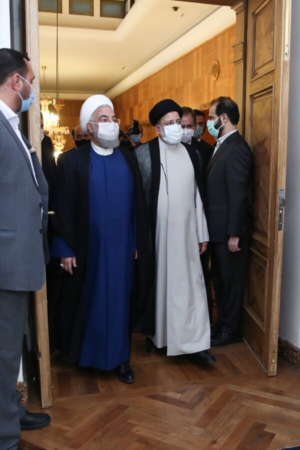 تصاویر | روحانی دفتر ریاست جمهوری را تحویل رئیسی داد