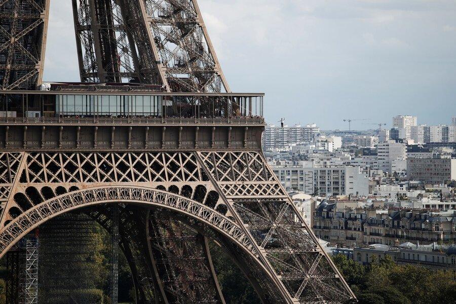 عکس روز  بندبازی در برج ایفل