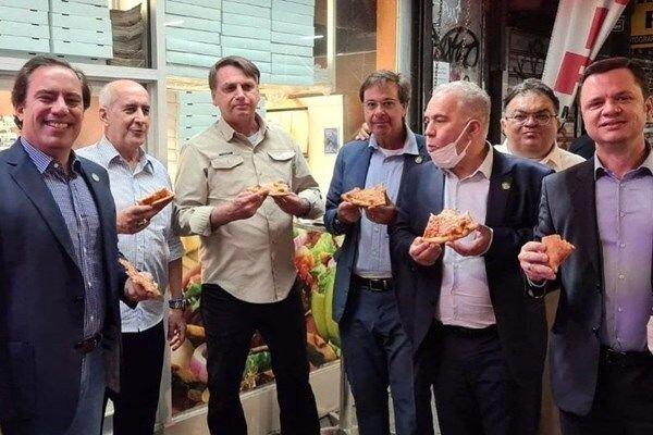 تصاویر | این رئیس جمهور را به رستوران راه ندادند، کنار خیابان پیتزاخوری راه انداخت