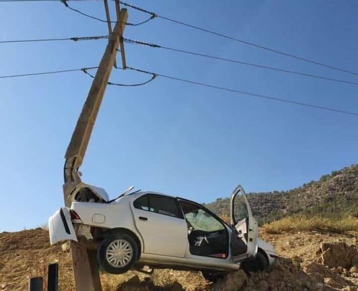 عکس   تصادف عجیب یک خودرو با تیربرق   برق ۲۵۰۰ مشترک قطع شد