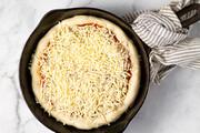 پخت یک پیتزای شگفتانگیز با ۱۰۰۰ نوع پنیر مختلف