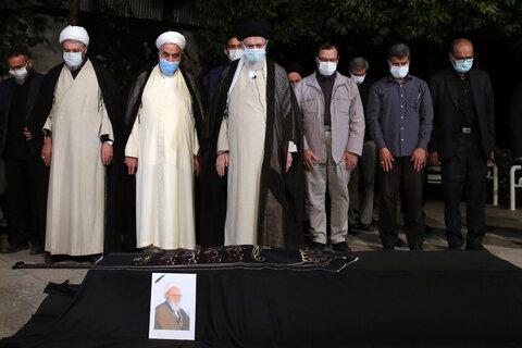 عکس | اقامه نماز رهبر معظم انقلاب بر پیکر آیت الله حسنزاده آملی