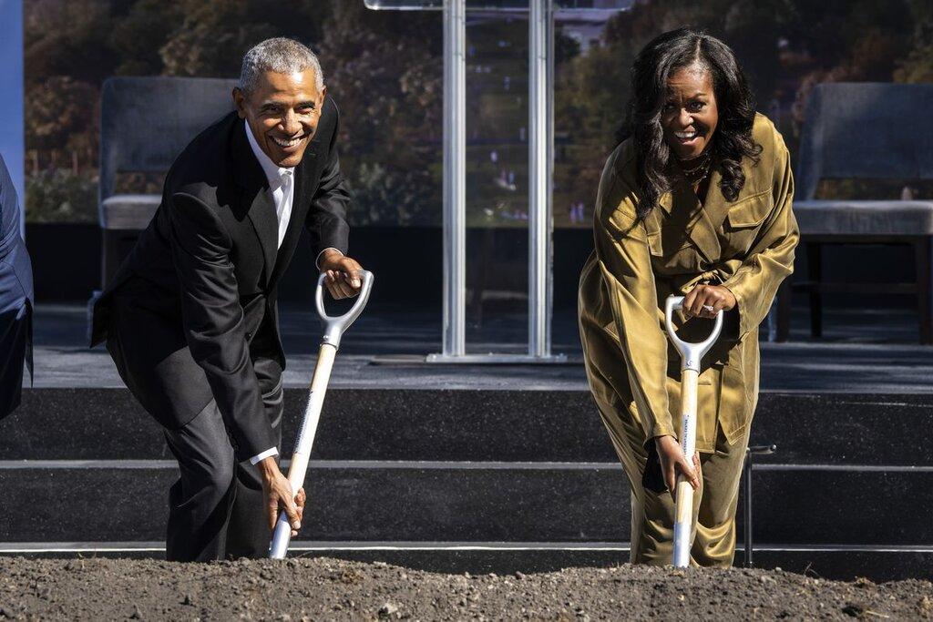 تصاویر   باراک اوباما و میشل در حال بیل زدن    مرکز ریاست جمهوری اوباما در شیکاگو ساخته می شود