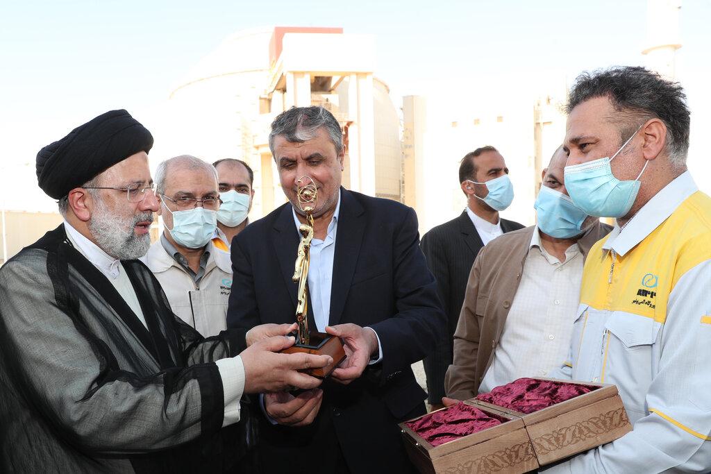عکس    هدیه ویژه کارکنان نیروگاه بوشهر برای رئیسی