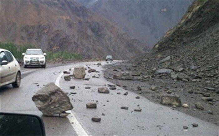 ریزش سنگ در جاده کندوان ومصدوم شدن سرنشینان یک خودرو