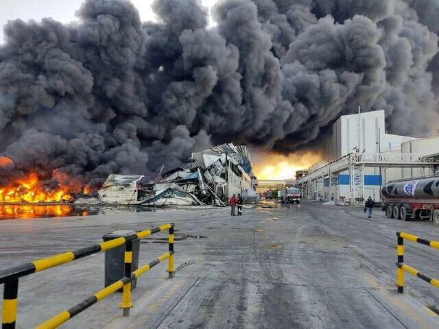 خسارت ۵ هزار میلیارد تومانی آتشسوزی به کارخانه طبیعت   ۲ نفر تاکنون مجروح شدهاند   آتش به طور کامل خاموش نشده + ویدئو