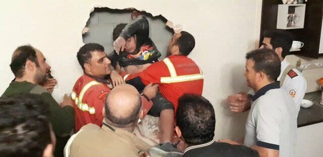 ویدئو   نجات پسر نوجوانی که داخل شکاف بین دو ساختمان سقوط کرده بود!