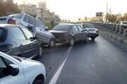تصادف زنجیرهای ۳۰ خودرو در اتوبان کرج - قزوین | یک کشته و ۲۳ مصدوم | انتقال مصدومان به بیمارستان با بالگرد